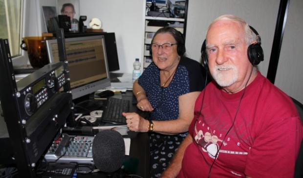 <p>Hans en Janny van Dam in hun huisstudio. Het echtpaar viert deze week de 700e uitzending van hun programma &#39;Greenheart Country&#39;. Woensdagavond is de uitzending bij Studio Alphen.</p>
