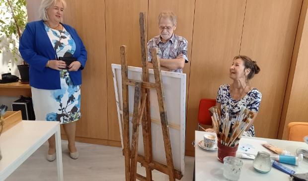<p>Burgemeester Schuurmans in het schildersatelier van Esperanza. </p>