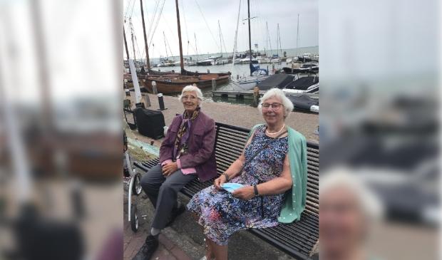 <p>De dames Ydema en Visser in Volendam.</p>