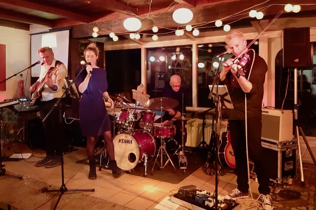 Marije's band speelt in De Brink. (Foto: aangeleverd) © rodi
