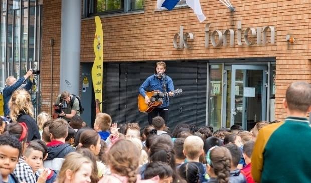 <p>Tim Akkerman presenteert zijn liedje op De Fontein</p>