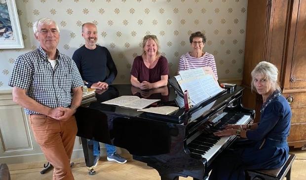 <p>Het voltallige bestuur van Muziekkring Enkhuizen: met links Herman Beerding en rechts Joke Poelsma.</p>