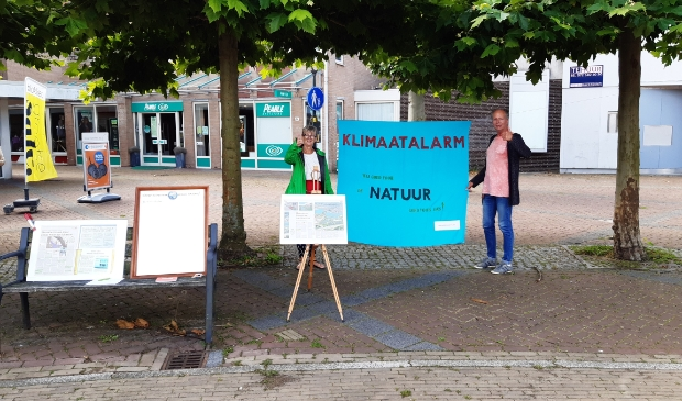 Actievoerders laten het klimaatalarm klinken op 't Looplein.