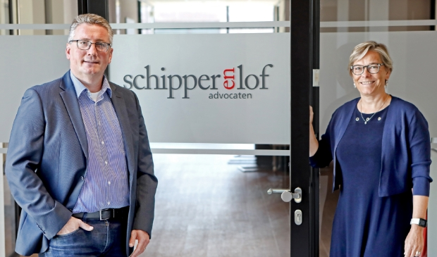 <p>Mathieu Schipper en Astrid Lof bleken moeiteloos door &eacute;&eacute;n deur te kunnen. Dat was de reden om samen een advocatenkantoor te beginnen.</p>