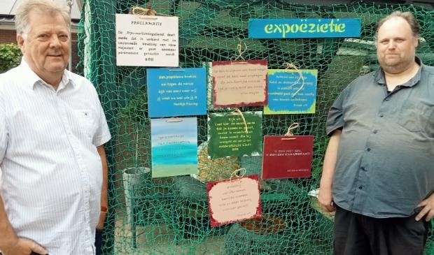 <p>Bob (links) en Jeroen (rechts) bij de proefopstelling met diverse poëzietjes.</p>