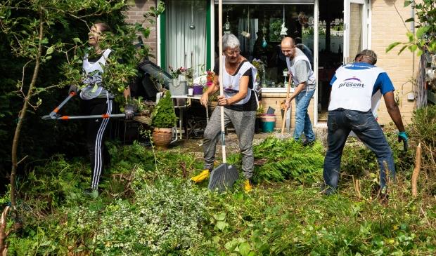 <p>Enkele vrijwilligers in touw in een van de tuinen.</p>