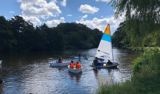 <p>De scouts varen in het Westboekpark en op de Kagerplassen</p>