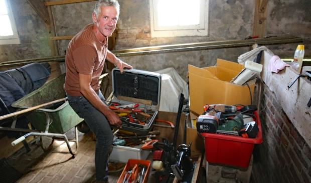 <p>Peter Appel zamelt oud gereedschap in voor een goed doel.</p>