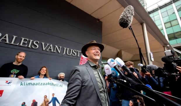 <p>Milieudefensie stond met ruim 17.000 mede-eisers tegenover Shell in de rechtbank.</p>