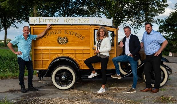 <p>Het bestuur van de stichting voor de oude Ford waarmee ze de sponsors willen enthousiasmeren. Van links naar rechts: Kees de Boer, Gerda Straver, Ronald Knook en Danny Schouten.&nbsp;</p>
