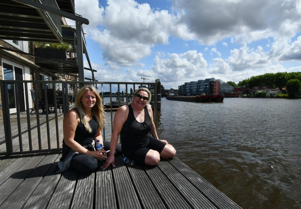 """Irma (.links) en Loes: """"De industriële panden langs de Zaan zijn toch mooi?"""" (Foto: Dirk Karten) © rodi"""