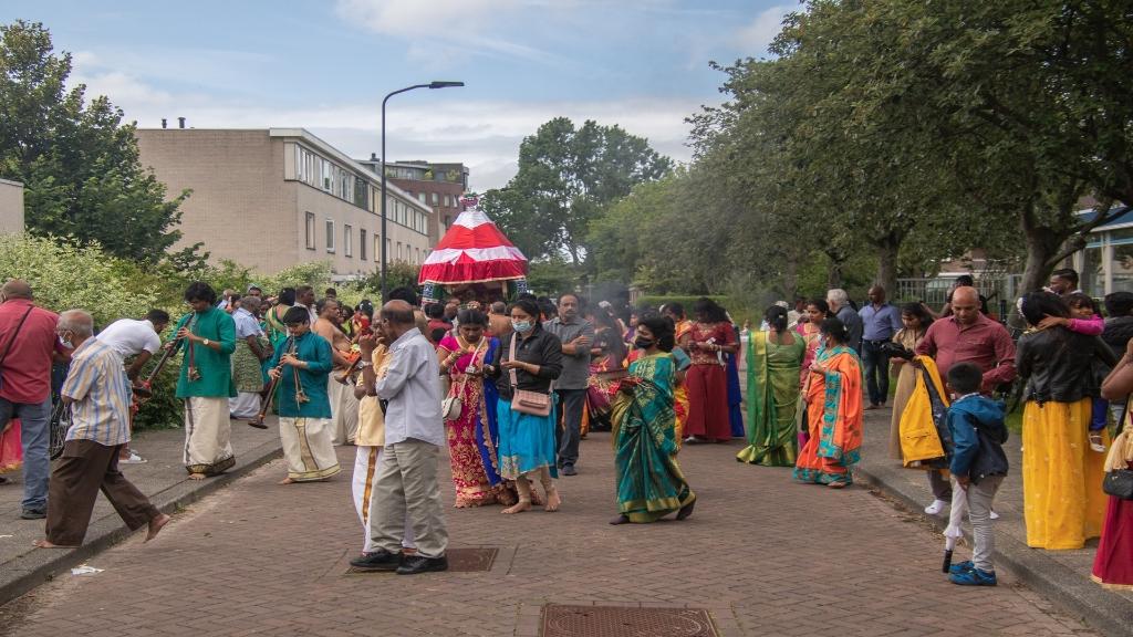 De optocht ging niet door, wel even de straat op naast de tempel (Foto: José Harte) © rodi