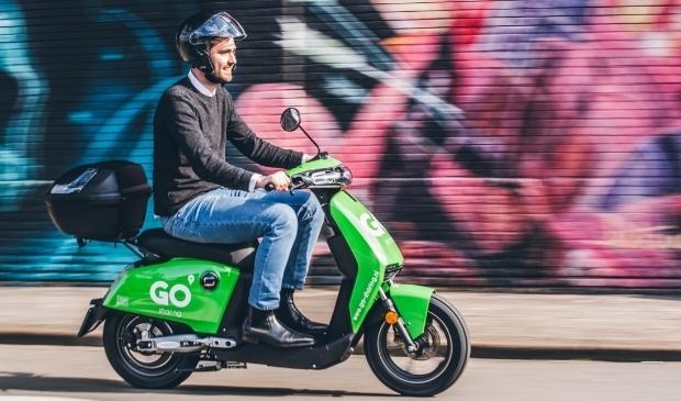 <p>De snellere scooter is bedoeld voor de langere afstanden. Bij gebruik is een helm verplicht. Er zitten standaard twee in de topkoffer.</p>