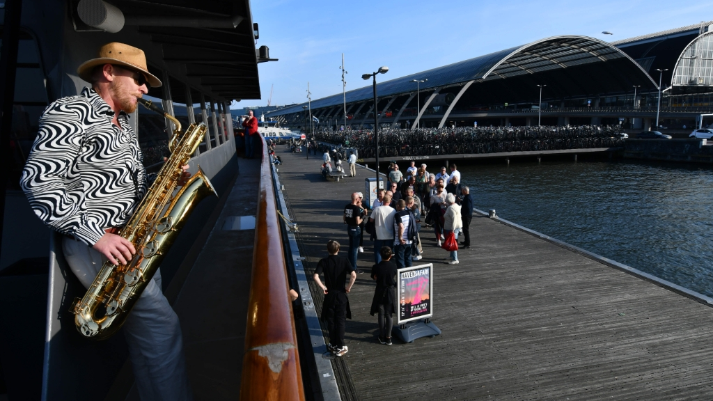 Saxofonist Pieter begroet de safarigangers op Pier 14 (en onderweg). ((Foto: Dirk Karten)) © rodi