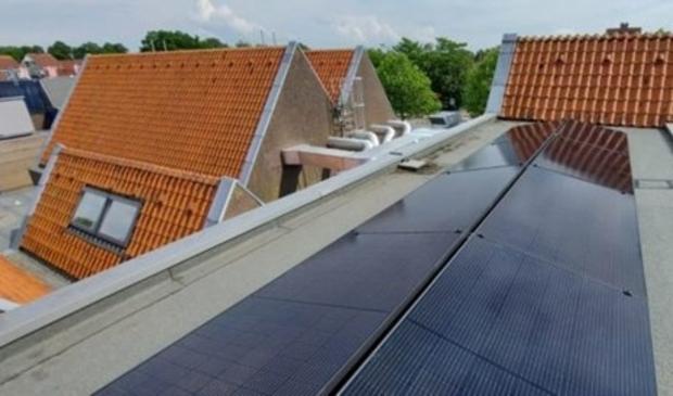 <p>De zonnepalen op het platte dak in Oost-West opstelling</p>