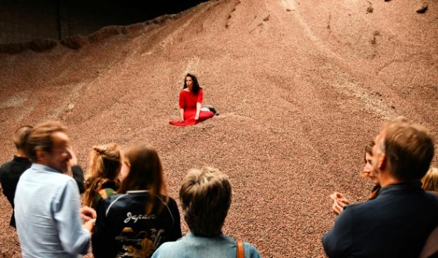 Sopraan Brigitte van Hagen zingt tussen de cacaobonen de sterren uit de hemel... (Foto: Dirk Karten) © rodi
