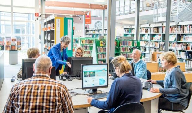 <p>Al een kwart eeuw helpt SeniorWeb senioren op weg met de computer.</p>