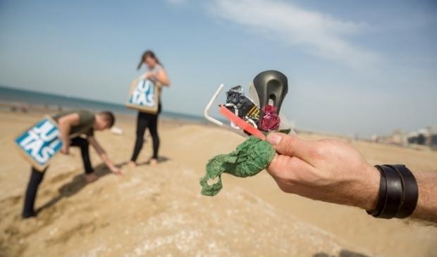 <p>Ondanks de introductie van het plasticvrije terras wordt volgens de grondstofjutters van Scheveningen nog veel wegwerpplastic op het strand gevonden.&nbsp;</p>