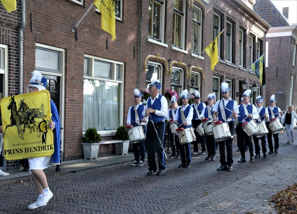 Traditiegetrouw opende de Medemblikker drumband de draverij. (Foto: Ton Koomen) © rodi