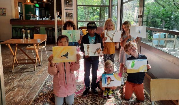 <p>Trots laten de kinderen hun tekeningen zien, gemaakt tijdens Atelier Natuur.&nbsp;</p>