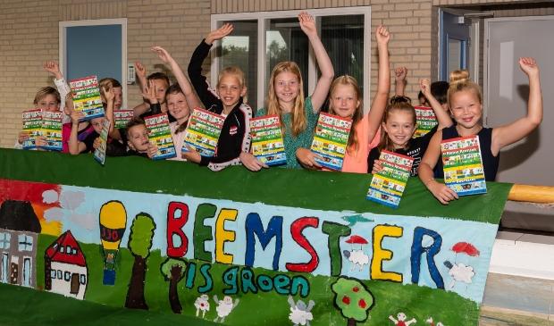 <p>Blije kinderen met de eerste exemplaren van &#39;De Kleine Kroniek van de Beemster&#39;.</p>
