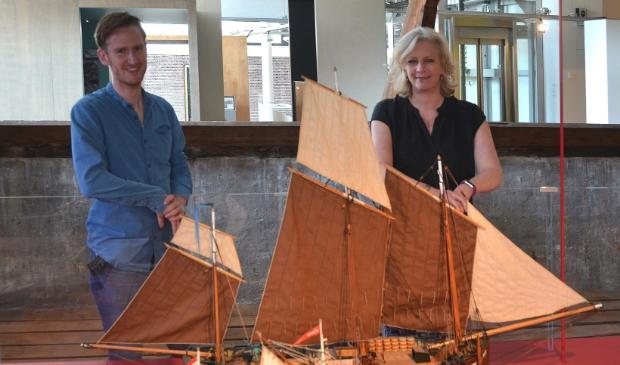 <p>Léanne Selles en Frank de Hoog bij de kroonjuwelen van de collectie. .</p>