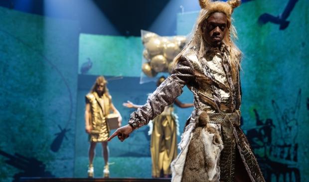 <p>Op het podium staan meer dan honderd personages.</p>