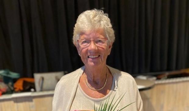 <p>Dina van Roozendaal al 50 jaar met veel plezier&nbsp; lid van Vrouwen van Nu Stede Broec</p>