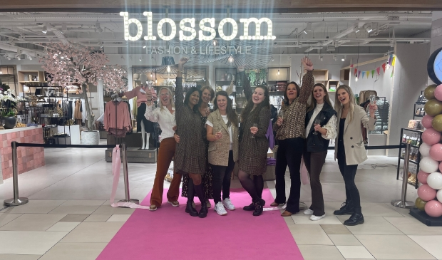<p>Het enthousiaste team van Blossom bij de opening, 2e van links Kiran. </p>