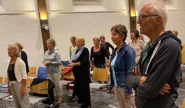 <p>Een deel van het koor aan het zingen.</p>