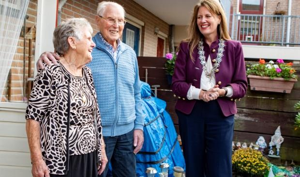 <p>Burgemeester Anja Schouten feliciteert Leo en Alie Wassing-De Vet.</p>