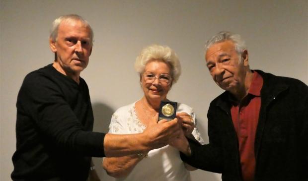 <p>Toos van der Vuurst staat tussen &nbsp;Martin de Rooij en Jan Dekker in met de medailles.</p>