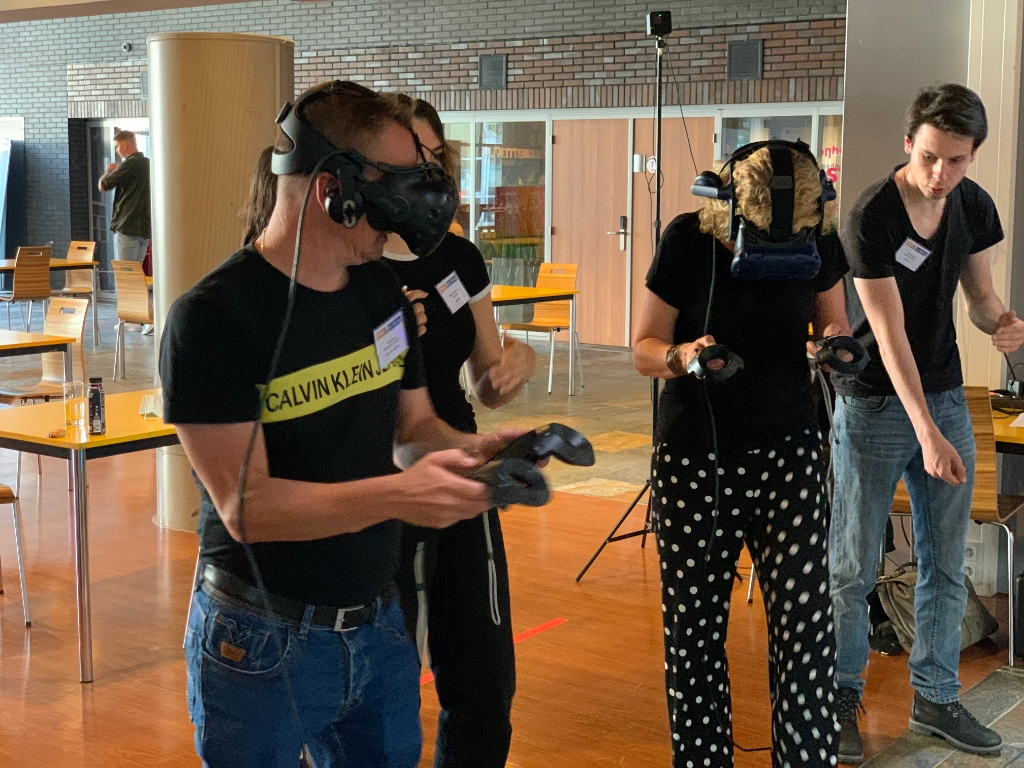 Na de presentatie proberen genodigden de VR-game Re: Action tegen steekgeweld onder jongeren. (Foto: Susan Rozemeijer) © rodi