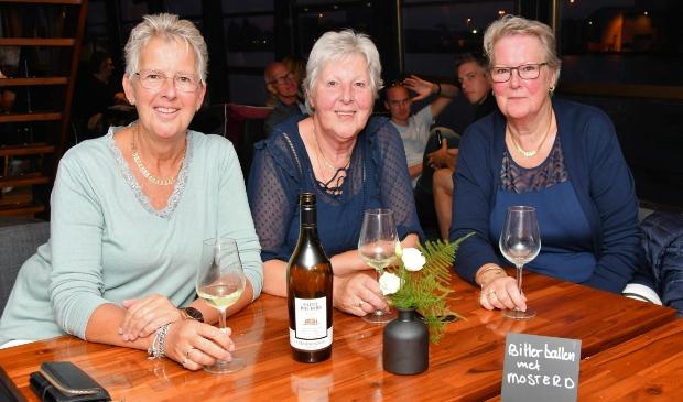<p>Marianne Smak, Klara Schaft en Nel Wals uit Oostzaan vermaken zich goed in de salon.</p>