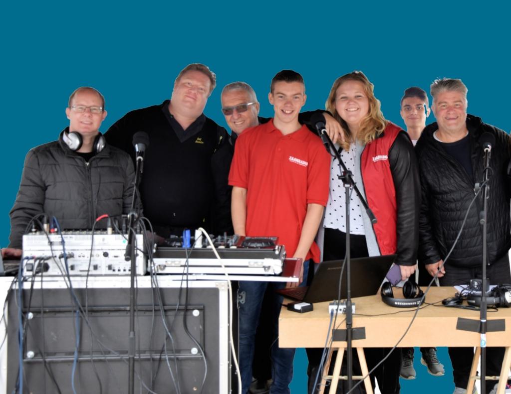 Jong en ouder brengt vol passie lokale radio op locatie bij Zaanradio. Als het aan het sociaal wijkteam ligt blijft de radiozender in de lucht.  (Foto: Tessa Meijer) © rodi