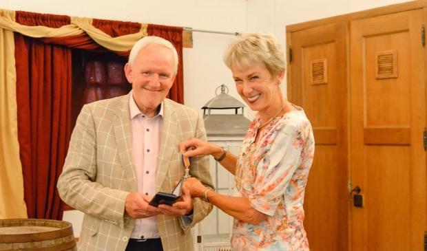 <p>De trotse Piet Janssen en zijn echtgenote zijn blij met het lintje.&nbsp;</p>