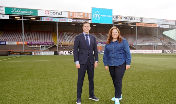 <p>Mike Tol, commercieel manager FC Volendam en Barbera Rahn, Director Lokale Marketing Albert Heijn zijn blij met de vernieuwde samenwerking.&nbsp;</p>
