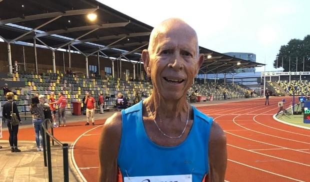 <p>De tachtigjarige Walter van Gelderen heeft in Hengelo een persoonlijk record gelopen en daarmee zijn semi professionele hardloop carri&egrave;re be&euml;indigd.</p>