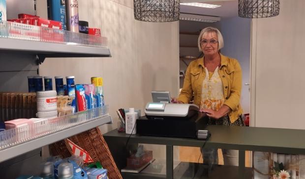 Bea Jongejan in het winkeltje van De Bron in Schagen.