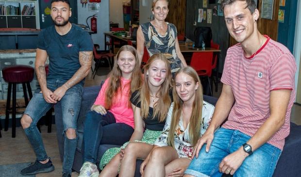 <p>De Huiskamer in Wijkcentrum de Zon. Annemieke (achter) en Thijs (rechts) samen met een paar studenten van het Horizon College.</p>
