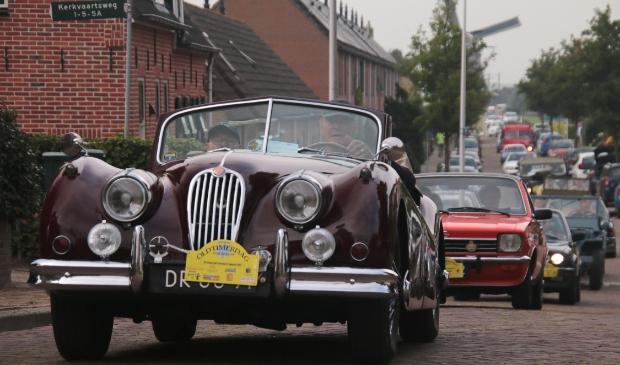 <p>De stoet auto&#39;s komt aan in Aarlanderveen.</p>