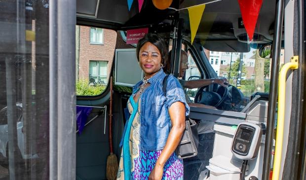 <p>De 400.000ste passagier is mevrouw Cezarine Kenque, wonende in Schagen Zij reist al vele jaren met de buurtbus naar haar werk in Tuitjenhorn.</p>