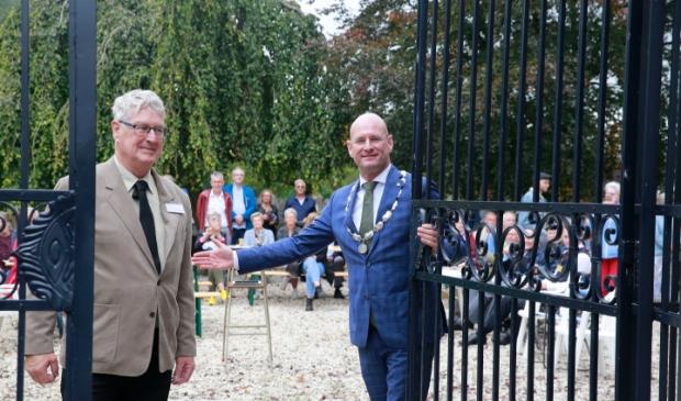 <p>De poort werd door burgemeester Jan Nieuwenburg en Herman Kapteijn van Stichting Vrienden van de Begraafplaats Keern definitief gesloten.</p>
