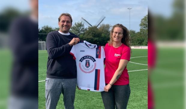 <p>Patrick Tenthof (VV Alkmaar) en Madeleine Stoop (Sport-Z) met het nieuwe voetbalshirt voor het selectie G-team.</p>