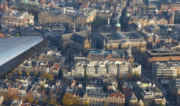 <p>Een Dakotavlucht over het centrum van Amsterdam.</p>