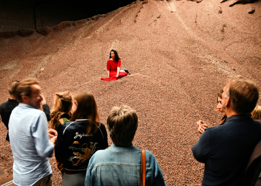 Rode fee tussen de cacaobonen. (Foto: Dirk Karten) © rodi