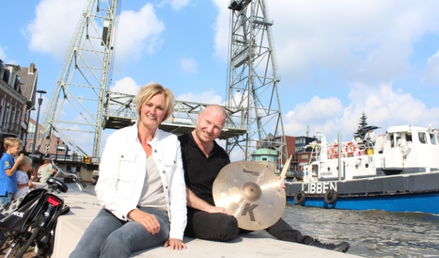 <p>Organisator Cynthia Korver en drummer Olaf Fase kijken uit naar de opening van Boskoop 800, op 4 februari 2022.</p>