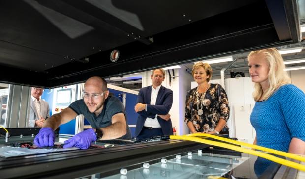 <p>Achtergrond vlnr: Ton de Jong (MD TNO EnergieTransitie), burgemeester van Schagen Marjan van Kampen en Ilse Zaal in het Solar Lab.</p>
