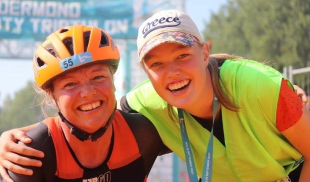 De stralende Nederlands kampioene Margret met haar dochter Bridt, die voor de gelegenheid haar 'handler' was.