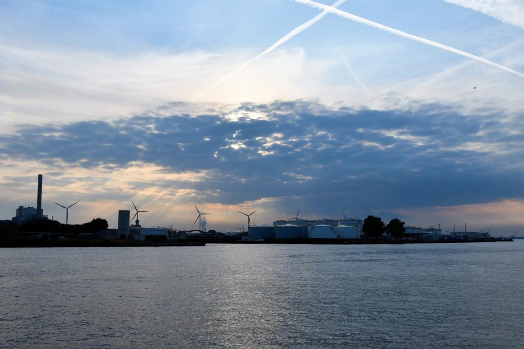 Langzaam gaat de zon onder in het haven gebied. (Foto: Dirk Karten) © rodi